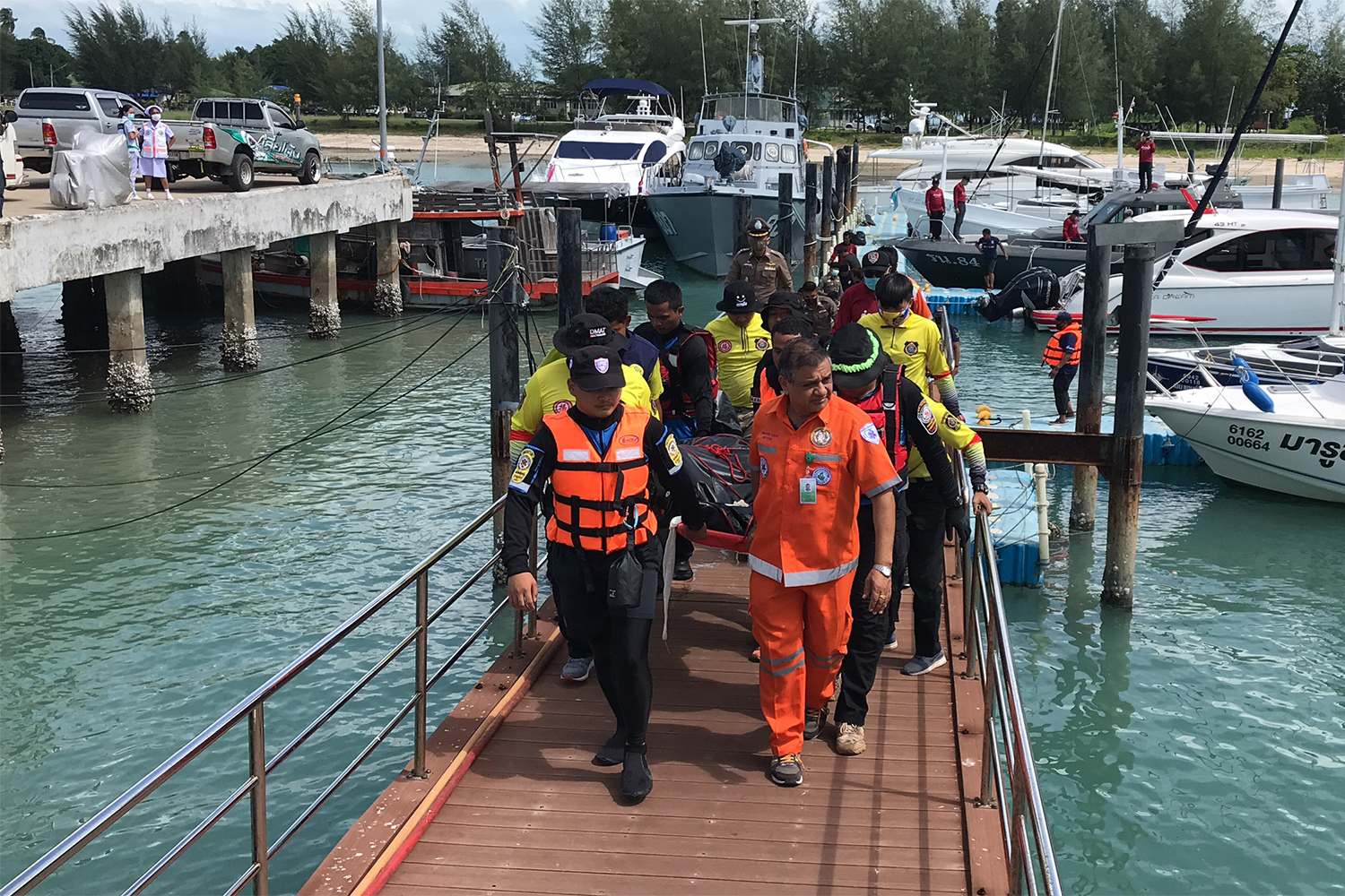 Rescuers bring the body of Siravut Thongboonyang to Koh Samui on Monday after the 'Raja 4' Ferry sank off the island on Saturday night. (Photo supplied by Supapong Chaolan)