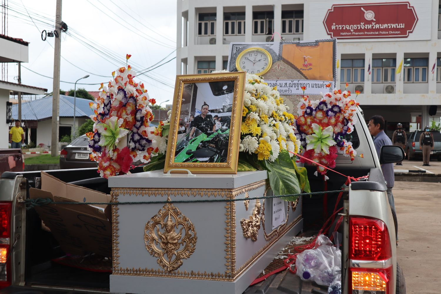 Relatives of Witthaya Sopawong, 40, an official at the Tambon Kan Lueang administrative organisation, brings a coffin holding his body to the Nakhon Phanom provincial police on Tuesday to demand an investigation into his death in custody. (Photo supplied by Pattanapong Piasrichai)