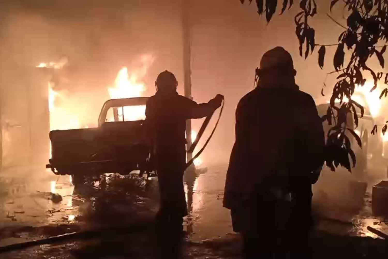 Firemen at the ice factory warehouse blaze in Samut Prakan's Phra Pradaeng district early on Wednesday. (Photo: Sutthiwit Chayutworakan)