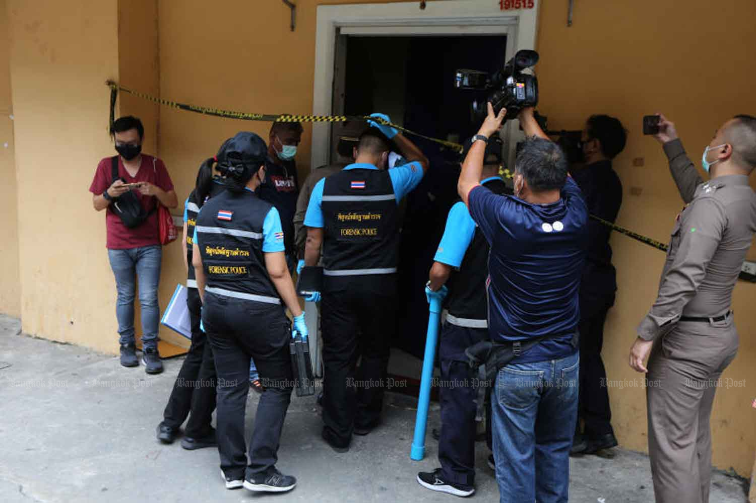 Forensic police arrive to collect evidence at the alleged gambling den in Yannawa district, Bangkok, on Tuesday. (Photo: Wichan Charoenkiatpakul)