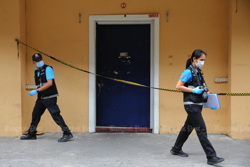 Police investigators and forensic experts arrive to collect evidence at a gambling den where four people, including a police major, were killed in a shooting in Yannawa district on Monday night. (Photo by Wichan Charoenkiatpakul)