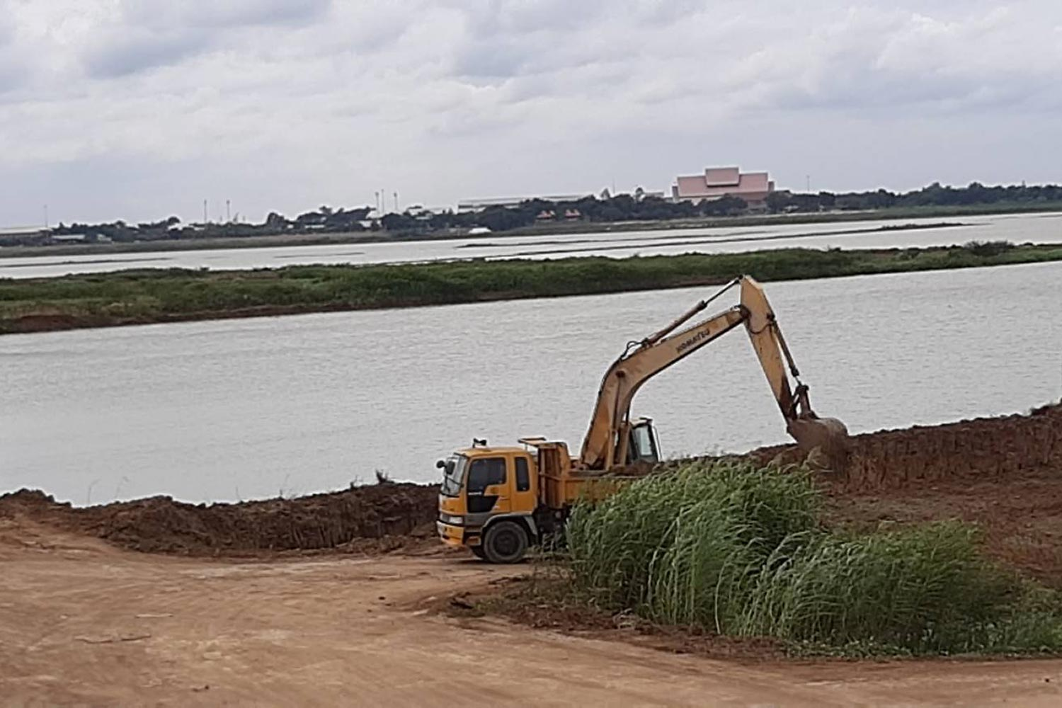 An excavator at work at Bueng Boraphet — the country's largest freshwater lake in Nakhon Sawan — to expand its capacity to store water.(Photo by Apinya Wipatayotin)