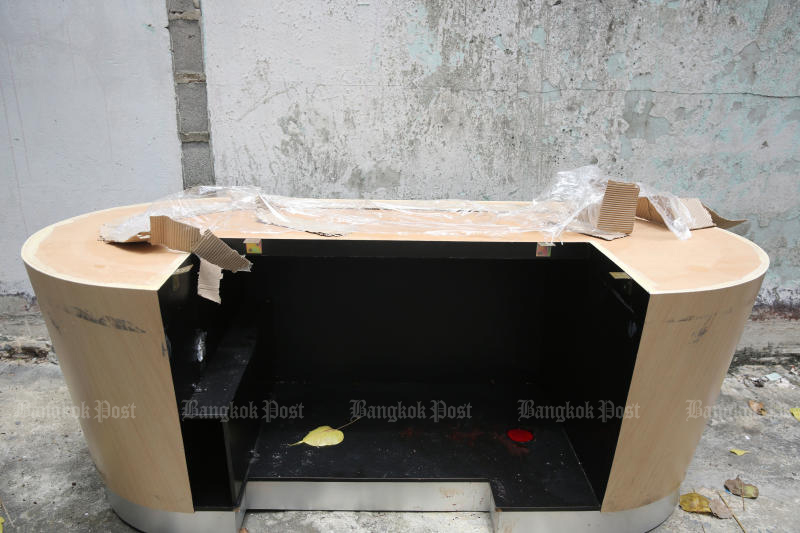 The Baccarat table found outside the gambling den in Yannawa district on Monday. (Photo:  Wichan Charoenkiatpakul)