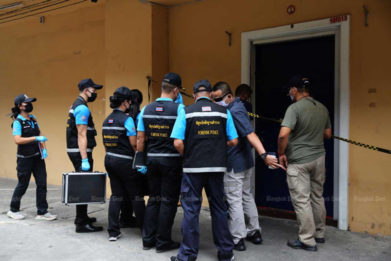Penyelidik polisi dan ahli forensik tiba untuk mengumpulkan bukti di ruang judi tempat empat orang, termasuk seorang mayor polisi, tewas dalam penembakan di distrik Yannawa di ibukota pada Senin malam. (Foto oleh Wichan Charoenkiatpakul)
