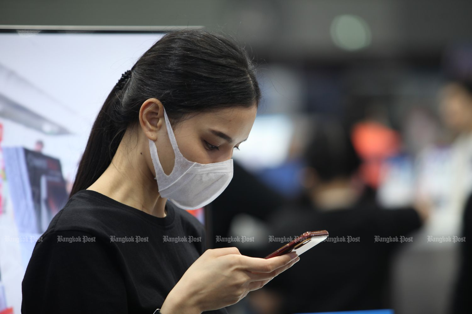 The roll-out of mid-range 5G-enabled smartphones and attractive promotions for new flagship handsets are likely to stoke demand in the local smartphone market in the second half. (Bangkok Post photo)