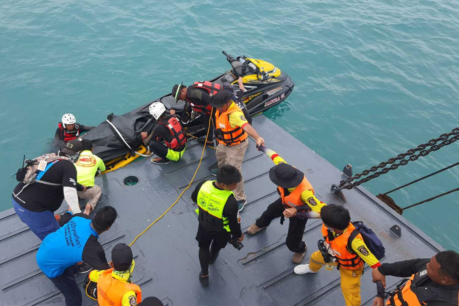 Rescuers bring the body of Naparada Chanhan, 42, a sales staff member of the capsized Raja 4 Ferry, to a navy ship in Surat Thani on Friday. (Photo: Supapong Chaolan)