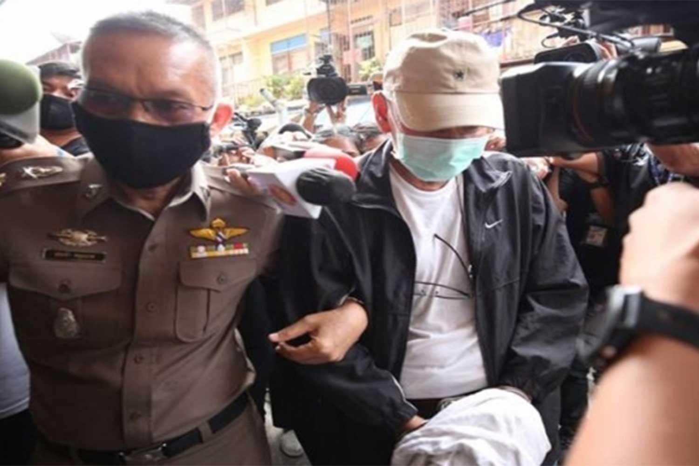 "Phiphit Srisuwan, 61, alias ""Boy Baan Khrua"", ditangkap untuk pemeragaan kejahatan pada hari Sabtu di sebuah gedung empat lantai di Jalan Rama III di Bangkok, di mana empat orang di sebuah sarang perjudian ilegal ditembak mati pada Senin malam. (Foto: JS100.com)"