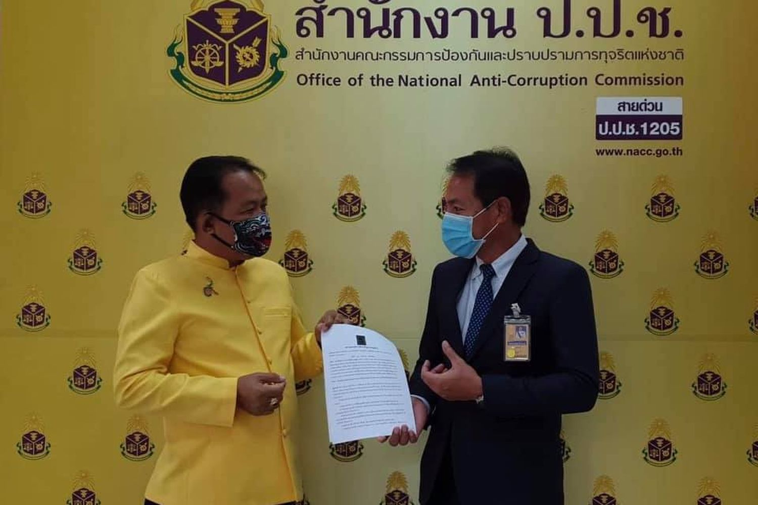 Srisuwan Chanya (left), secretary-general of the Association for the Protection of the Constitution, submits a petition to an official at the National Anti-Corruption Commission (NACC) office to ask the NACC to probe a bribery accusation involving budget approval for the Department of Groundwater. (Photo from Facebbok ศรีสุวรรณ จรรยา)