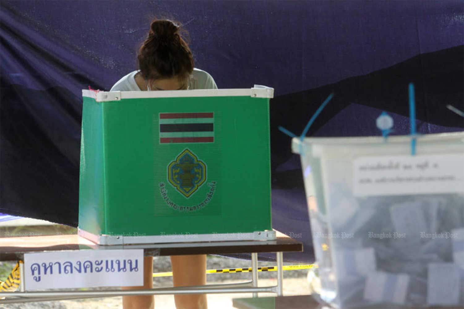 A voter casts her vote in Samut Prakan province on Aug 9. (File photo Wichan Charoenkiatpakul)