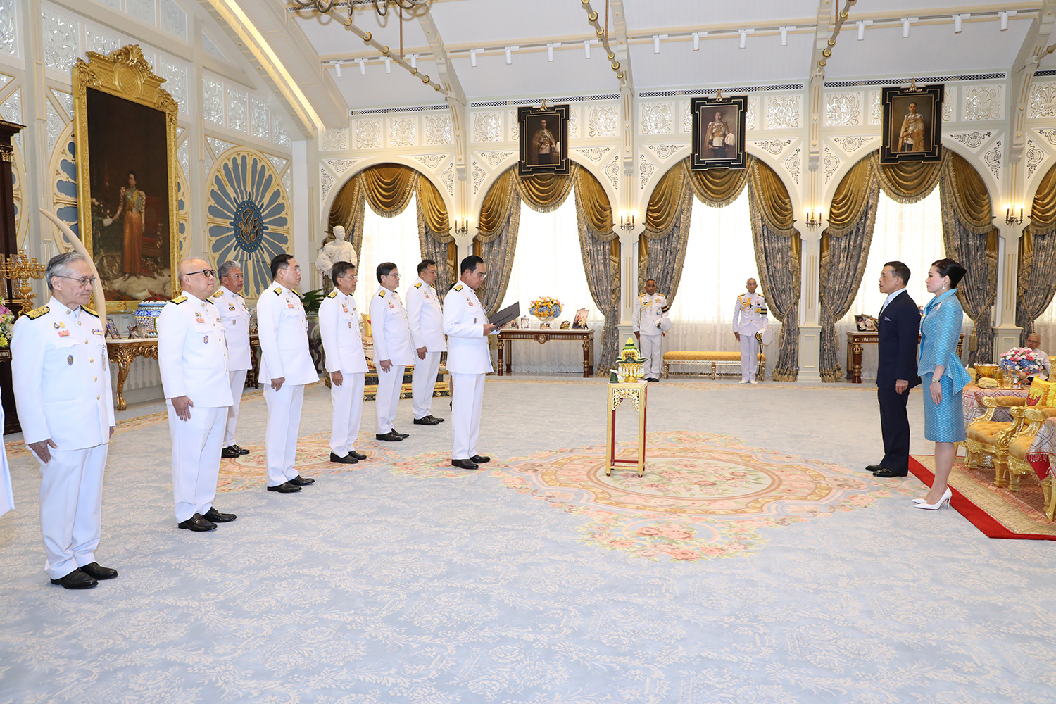 Prime Minister Prayut Chan-o-cha leads the new cabinet ministers and Foreign Minister Don Pramudwinai in reciting the oath of office before Their Majesties the King and Queen at the Ambara Villa in Dusit Palace on Wednesday. (Photo: Royal Household Bureau)