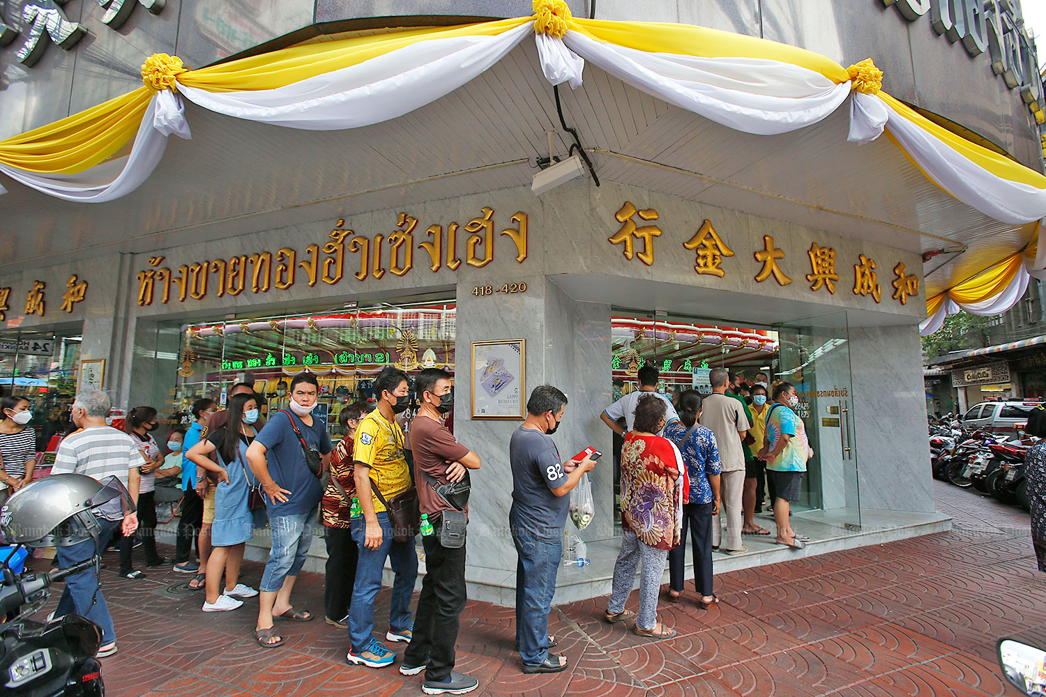 A long queue formed at a Hua Seng Heng gold shop on Yaowarat Road in late July. Gold prices rebounded yesterday from a three-week low on Wednesday. (Bangkok Post photo)