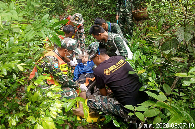 Park rangers help Kittipong Srikaew after he triggered a landmine while picking mushrooms in Kanthrlak district of Si Sa Ket near the border with Cambodia on Sunday. (Photo by Sermpong Thongsamrit)