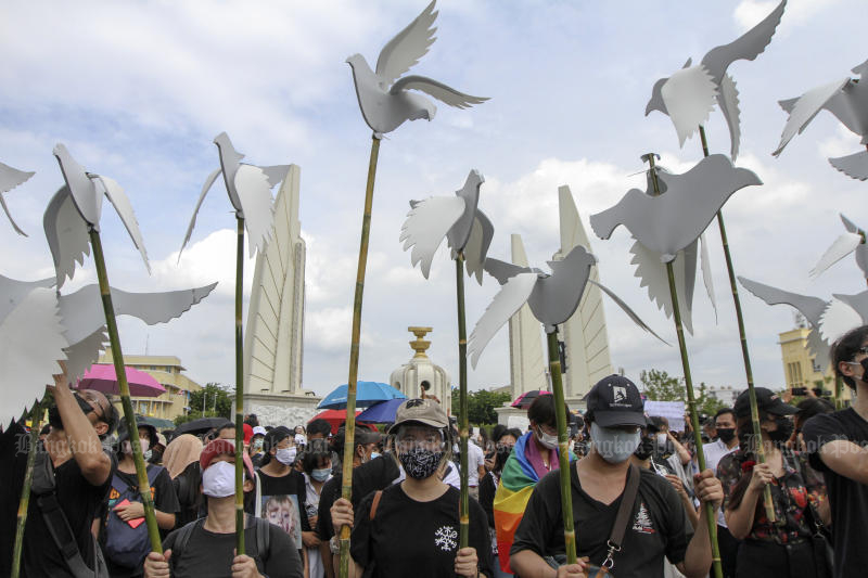 Young protesters hold cutout white doves during an anti-government rally at the Democracy Monument in Bangkok on Sunday. (Photo by Wichan Charoenkiatpakul)