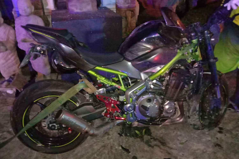 Le endommagée Kawasaki z900 moto après l'accident qui a tué un Koweïtien en Kathu, Phuket, dès le lundi. (Photo: Achadtaya Chuenniran)