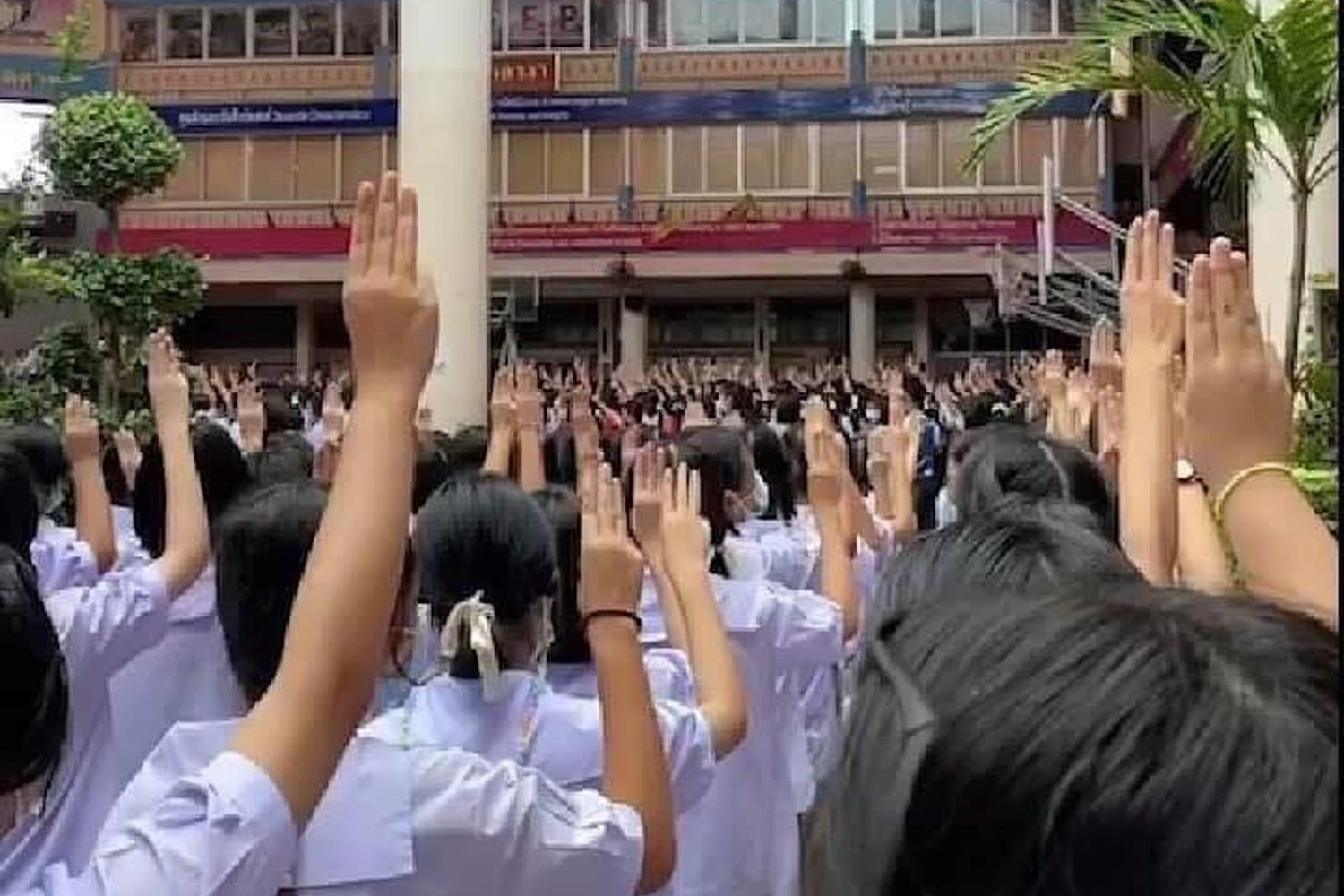 Students show a three-finger salute at a school on Monday. (Photo from Facebook@TheReportersTH)
