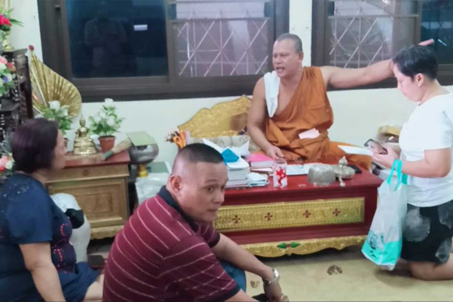 Phrakhru Phiphat Thampaneesilwitthatho, abbot of Wat Prathum Bucha in Prachin Buri's Sri Maha Phot district, tells local residents about the burglary at his living quarters in which more than 300,000 baht in cash and donated gems worth about 10 million baht had been stolen. (Photo by Manit Sanubboon)