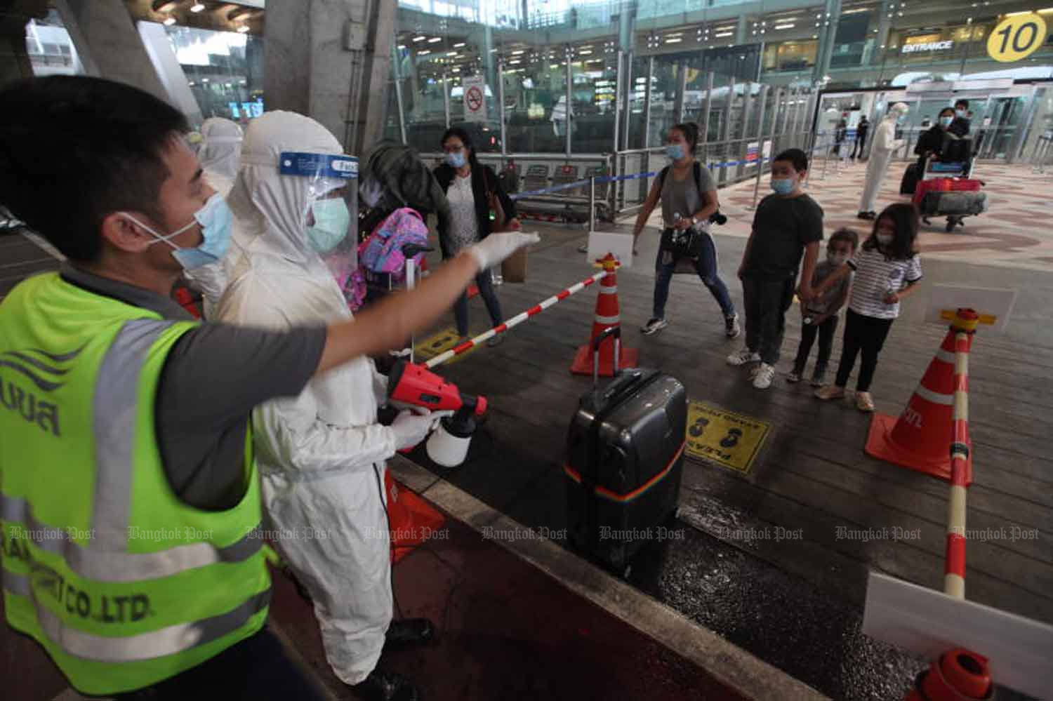 Thai returnees arriving at Suvarnabhumi airport are right away taken into quarantine. The state of emergency is expected to be extended to the end of September  to enable continued quarantine of inbound people to effectively curb Covid-19. (Photo: Arnun Chonmahatrakool)