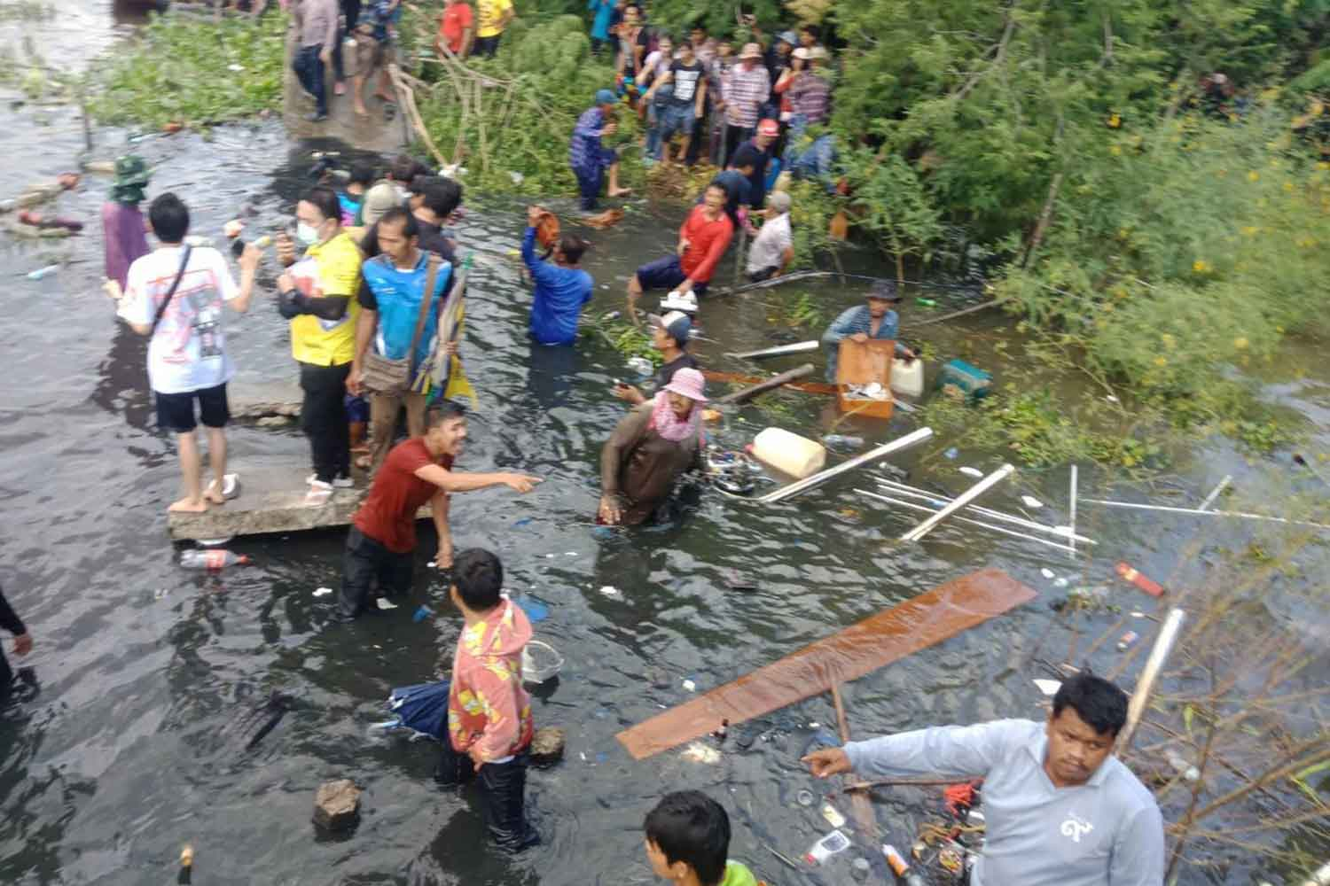Spectators who fell into Khlong Nong Ngu Hao in Samut Prakan's Bang Sao Thong district when a walkway collapsed during a boat race on Monday. (Photo: Suthiwit Chayutworakan)