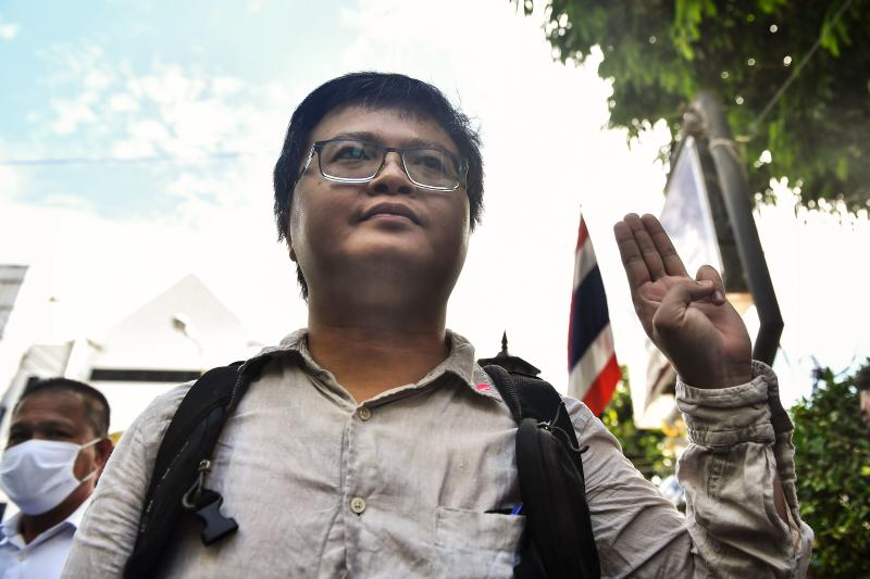 Human rights lawyer Arnon Nampa gives the three-fingered Hunger Games salute as he arrives at Nangleong police station in Bangkok on August 25, 2020 to accept charges relating to a protest in front of the Royal Thai Army headquarters last month. (Reuters photo)