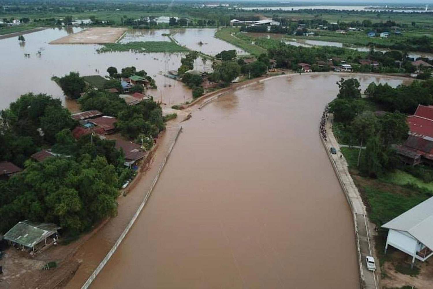 A view of flooding caused by a broken dyke along the Yom River in Sukhothai's Muang district. (Photo: Royal Irrigation Department)