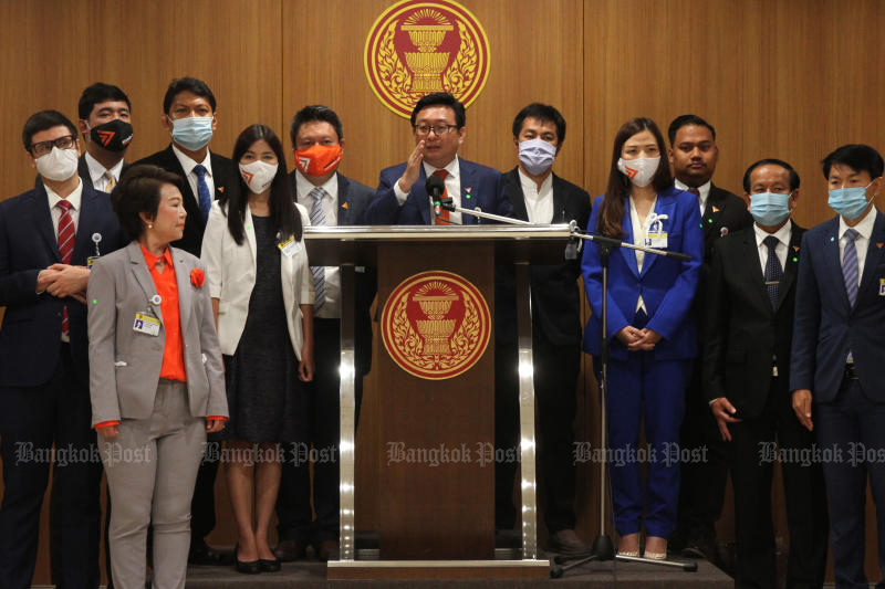 The Move Forward Party holds a press conference at the parliament on Wednesday, announcing its stance on charter amendment. (Photo: Wichan Charoenkiatpakul)