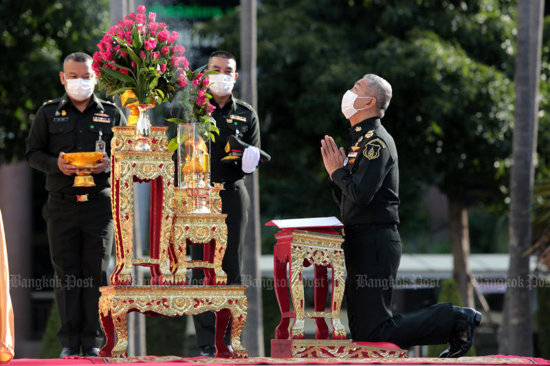 Army chief Gen Apirat Kongsompong pays his respects to the statue of King Rama V at the Royal Thai Army head office on Thursday. (Photo by Chanat Katanyu)