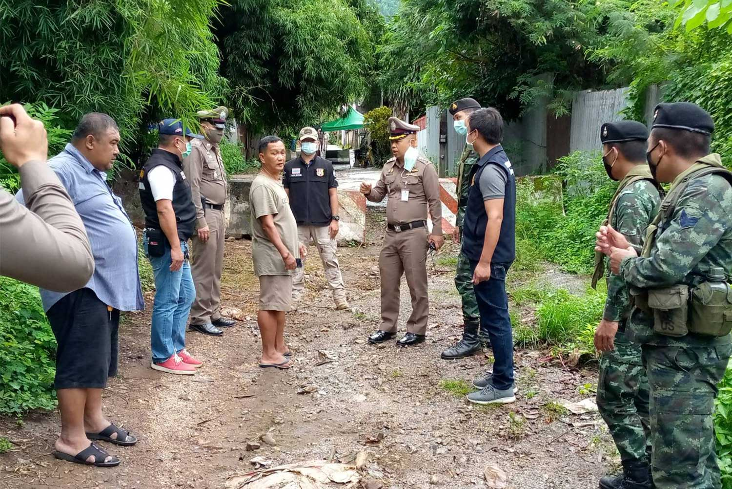 Police, soldiers and local officials inspect a natural border crossing near Three Pagoda Pass in Kanchanaburi province on Friday, to map out measures to prevent illegal immigration. (Photo: Piyarach Chongcharoen)