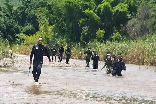 A security patrol works its way along the River in Mae Sot district of Tak on Monday, on the watch for illegal border crossers from Myanmar. (Photo: Assawin Pinitwong)