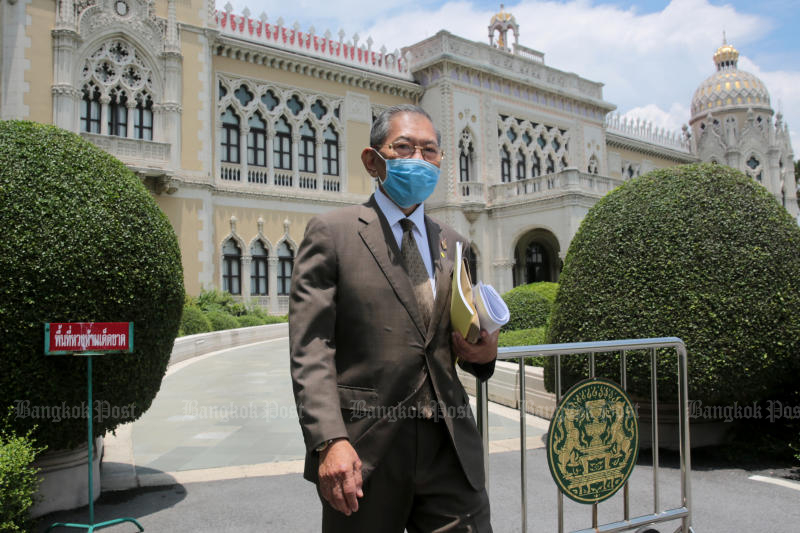 Vicha Mahakun, chairman of the committee looking into alleged misconduct set up by the prime minister, leaves Government House after submitting the report to Gen Prayut Chan-o-cha on Monday. (Photo by Chanat Katanyu)