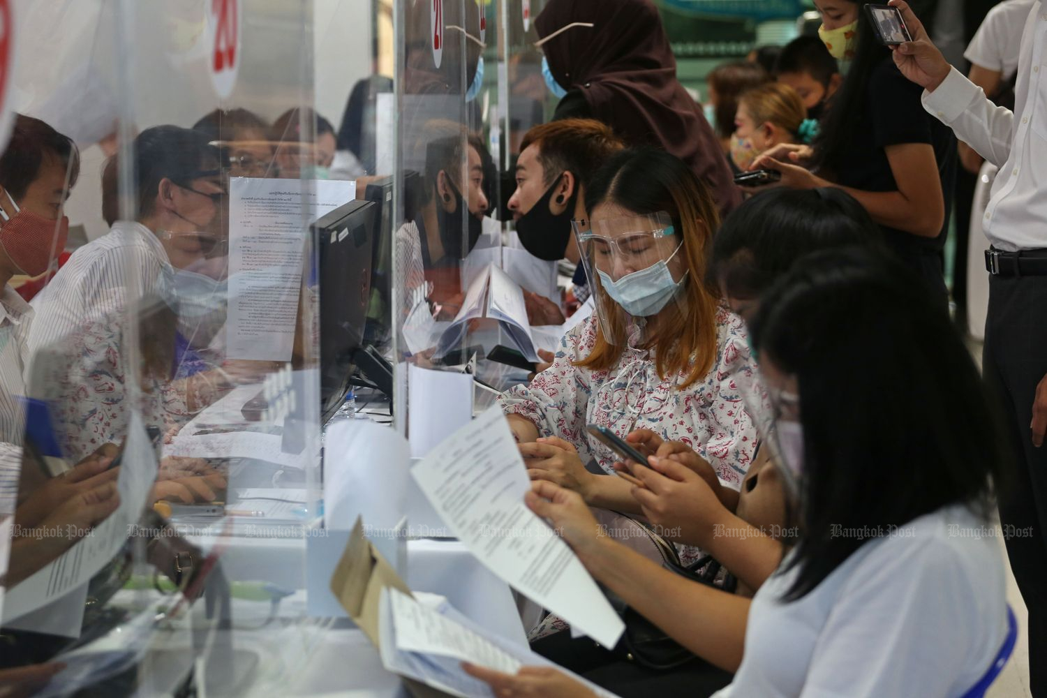 Employees apply for compensation at the Social Security office in Bangkok on May 28 this year. (Photo by Varuth Hirunyatheb)