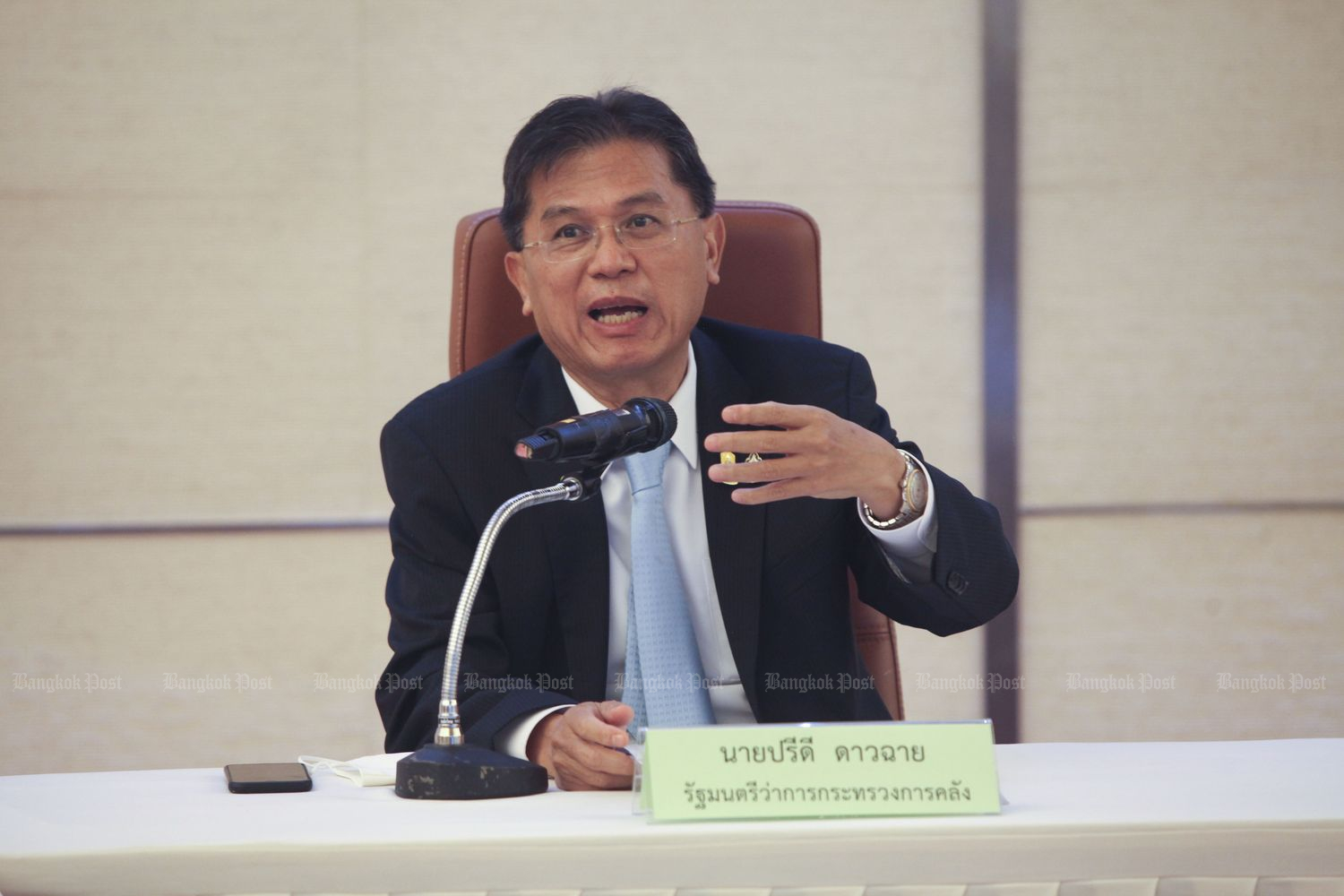 Finance Minister Predee Daochai gestures during a briefing on economic policies at the ministry on Aug 17. He submitted a resignation letter on Tuesday. (Photo by Arnun Chonmahatrakool)