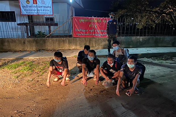The six Chinese men arrested in Mae Sot district of Tak on Wednesday for illegal entry into Thailand. (Photo: Assawin Pinitwong)