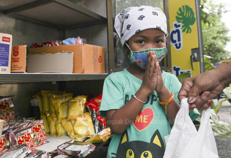 A 'tu pan suk', or a happiness-sharing pantry, is seen in front of the Department of Agriculture in Bangkok. (Bangkok Post photo)