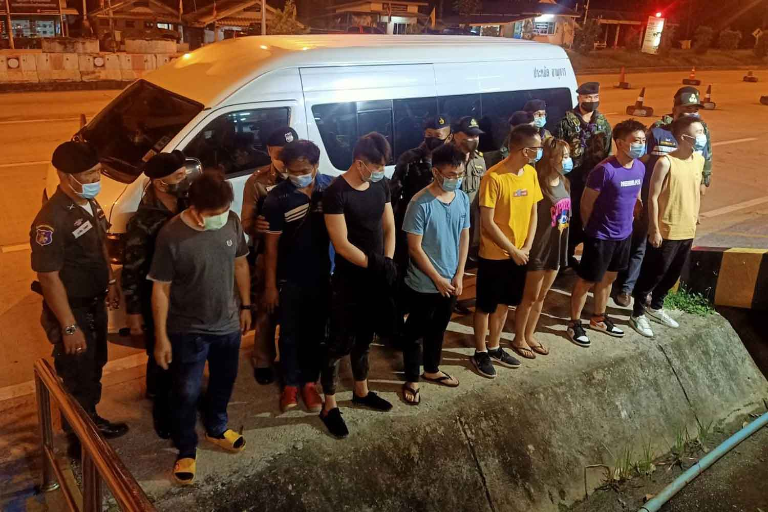The six illegal Chinese migrants arrested in Mae Sot district, Tak, about 1am on Thursday, and their captors. (Photo: Assawin Pinitwong)