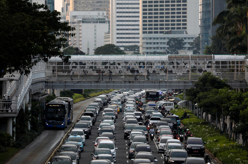 People walk over a pedestrian bridge crossing a street during rush hour on June 8, 2020, as the government eases restrictions following the coronavirus disease outbreak in Jakarta. (Reuters photo)