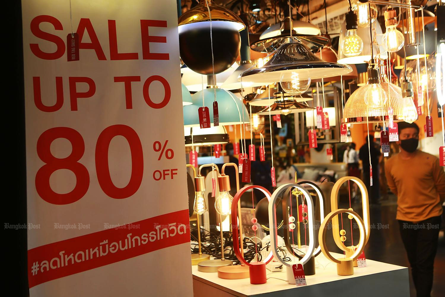 An 80%-off sale at Baan Lae Suan Fair Midyear 2020 underscored the struggles of many businesses. (Photo by Somchai Poomlard)