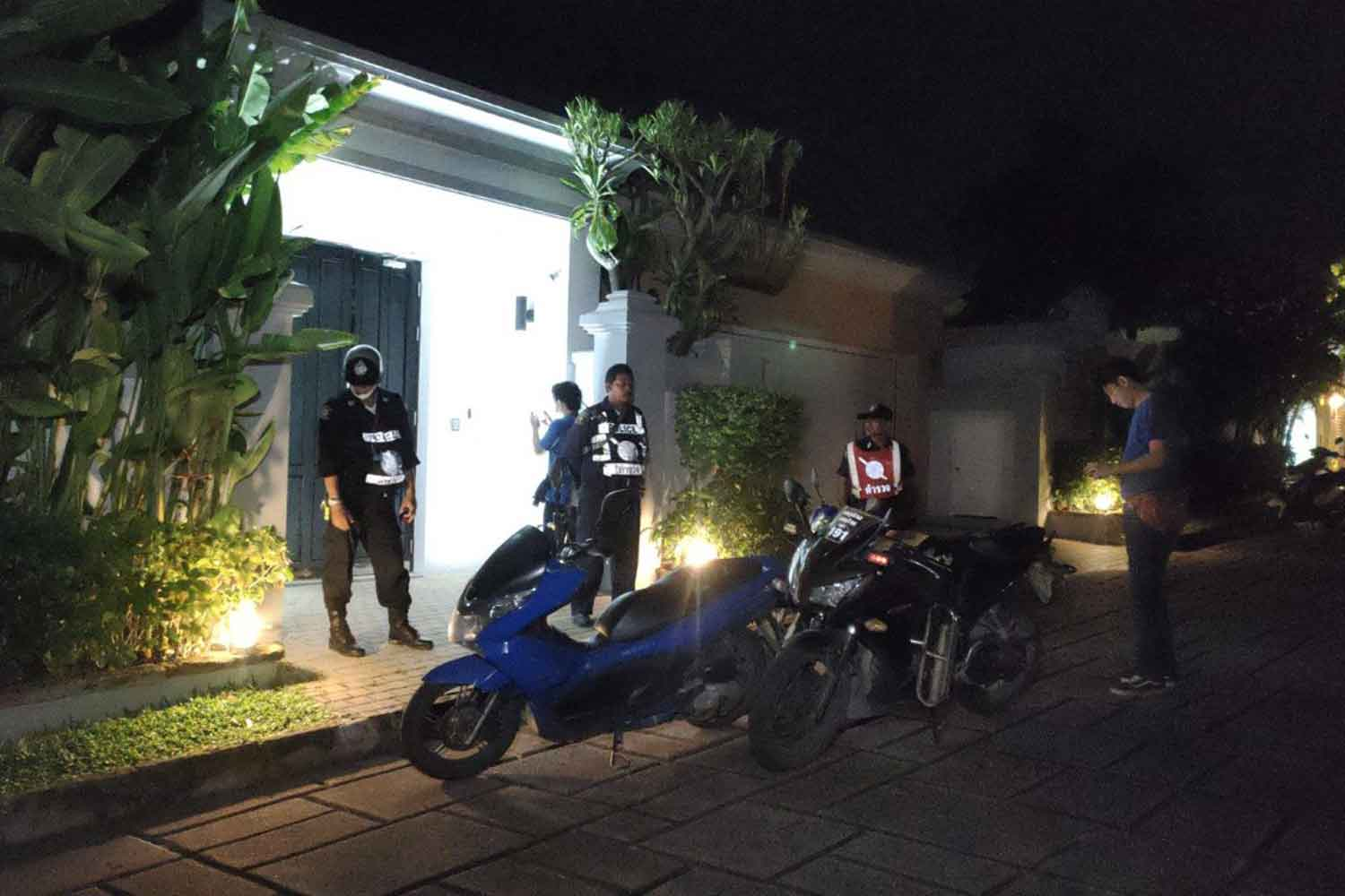 Police at the scene of the holdup at a luxury home in a gated Pattaya housing estate on Monday night. The robbers stole at least 10 million baht in cash and valuables from an unspecified number of Chinese in the house. (Photo: Chaiyot Pupattanapong)