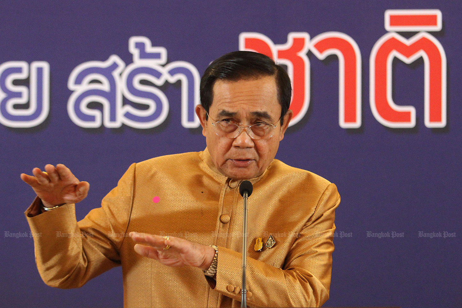 Prime Minister Prayut Chan-o-cha on Tuesday explains the high price of constitutional amendment during a pandemic. (Photo by Wichan Charoenkiatpakul)