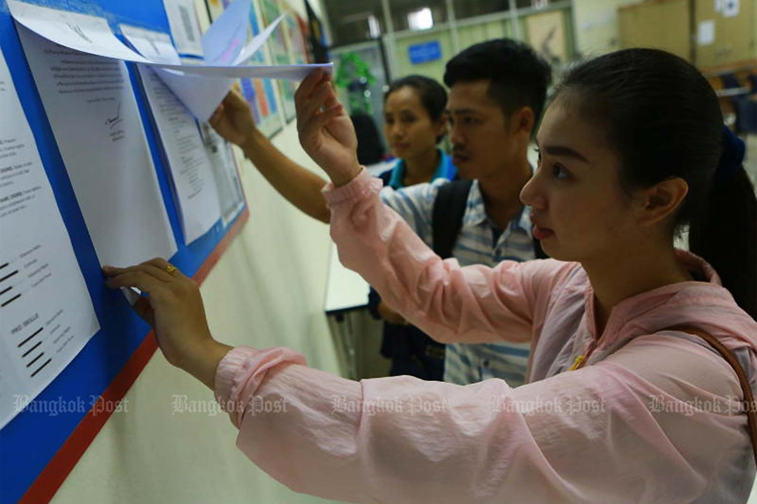 Job seekers look at vacant positions at the Labour Ministry on Jan 2, 2020. (Photo by Somchai Poomlard)