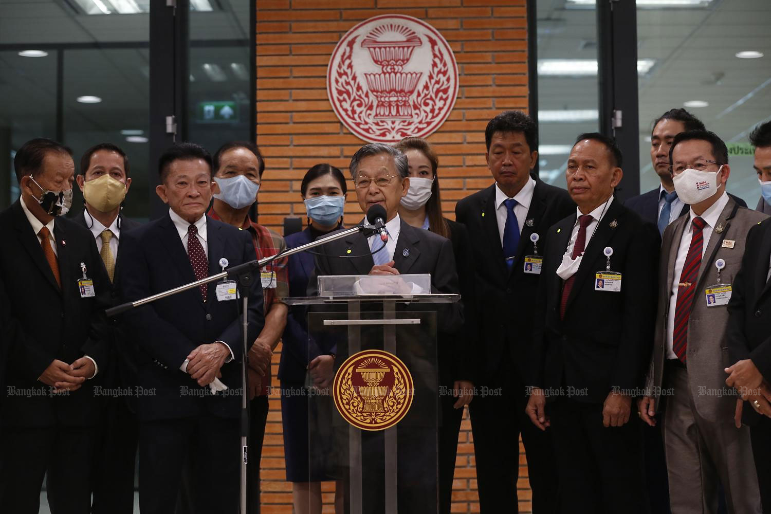 House Speaker Chuan Leekpai, at mic, accepts a motion seeking charter changes from Pheu Thai leader Sompong Amornvivat. (Photo by Pornprom Satrabhaya)