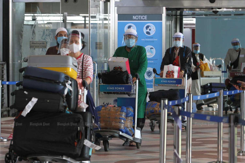 Passengers arrive at Suvarnabhumi Airport from India on Sept 6. (Photo by Wichan Charoenkiatpakul)