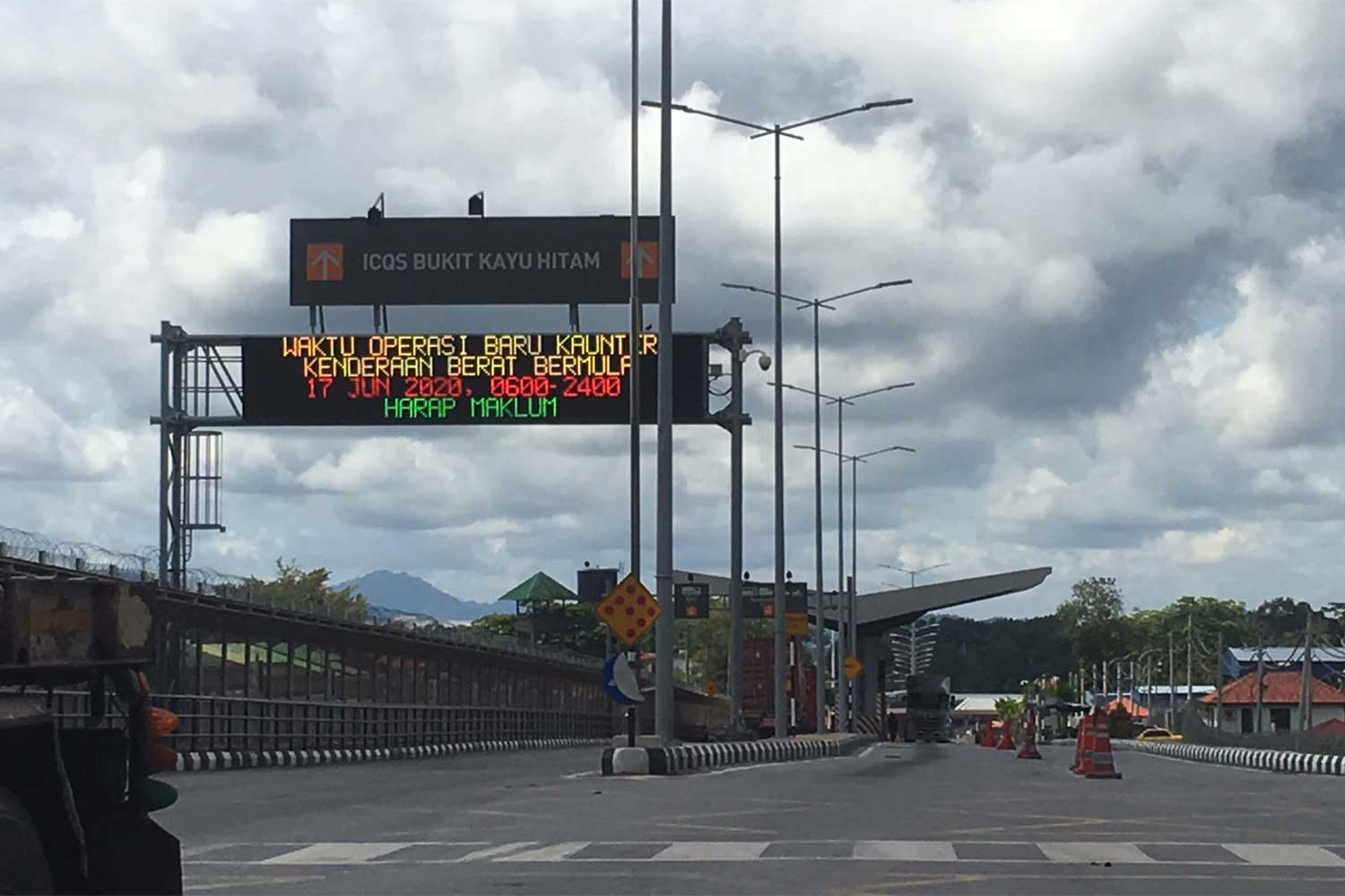 The Bukit Kayu Hitam checkpoint, opposite Sadao in Songkhla province, will be closed until Sept 25 as Malaysian authorities try to curb Covid-19 in Kedah state. (Photo by Assawin Pakkawan)