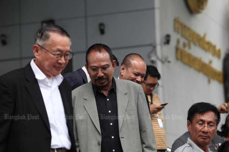 Red-shirt leader Wiphuthalaeng Pattanaphumthai (centre) is seen at the Criminal Court in July last year to hear the final ruling on a case related to a protest outside then-privy council president Prem Tinsulanonda's residence in 2007. (Photo by Apichart Jinakul)