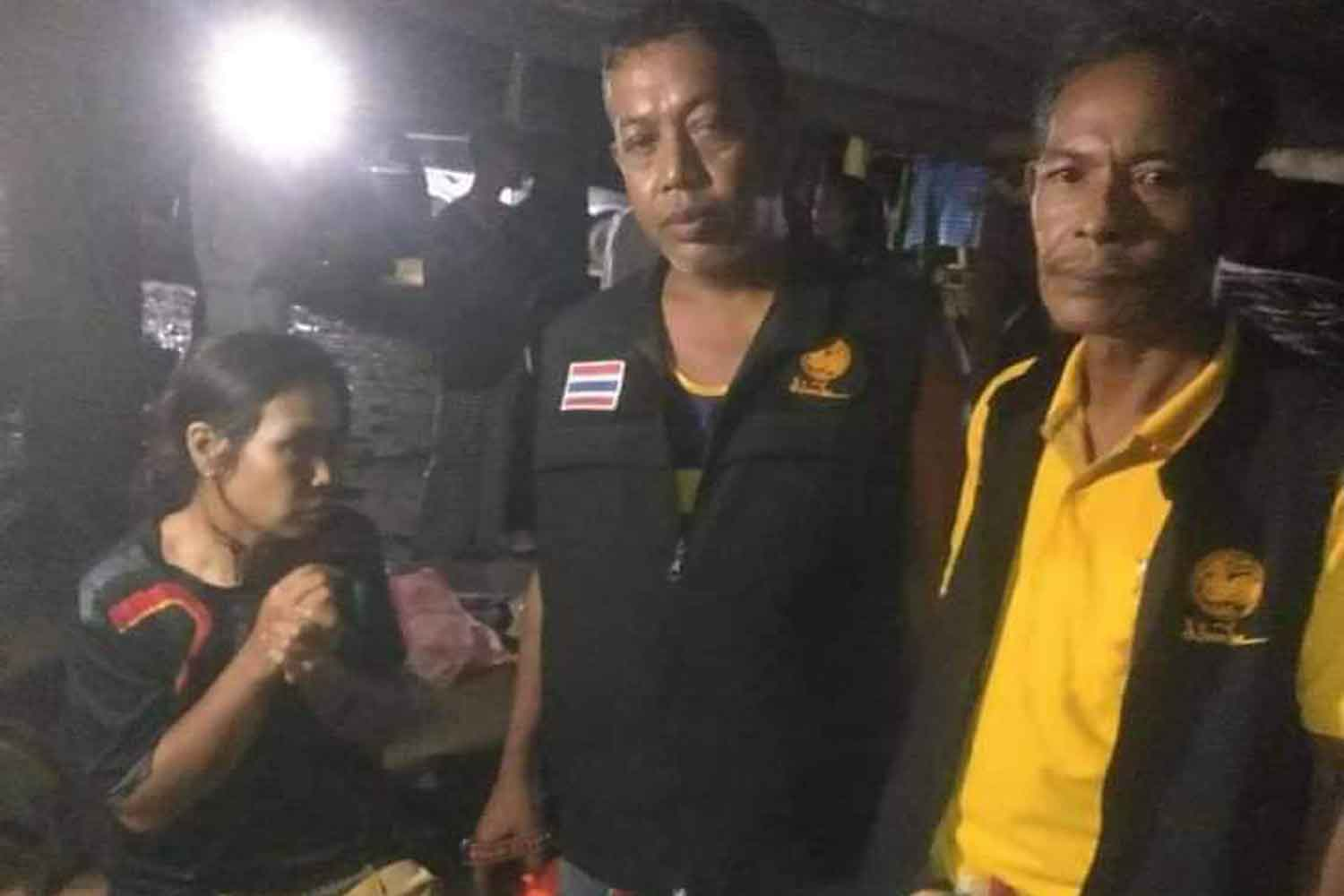 Suspect Bupha Yuensuk, seated left, with police during her arrest on a charge of cutting her young daughter's throat at a house in a rubber plantation in Surat Thani's Phun Phin district on Monday night. (Photo: Supapong Chaolan)
