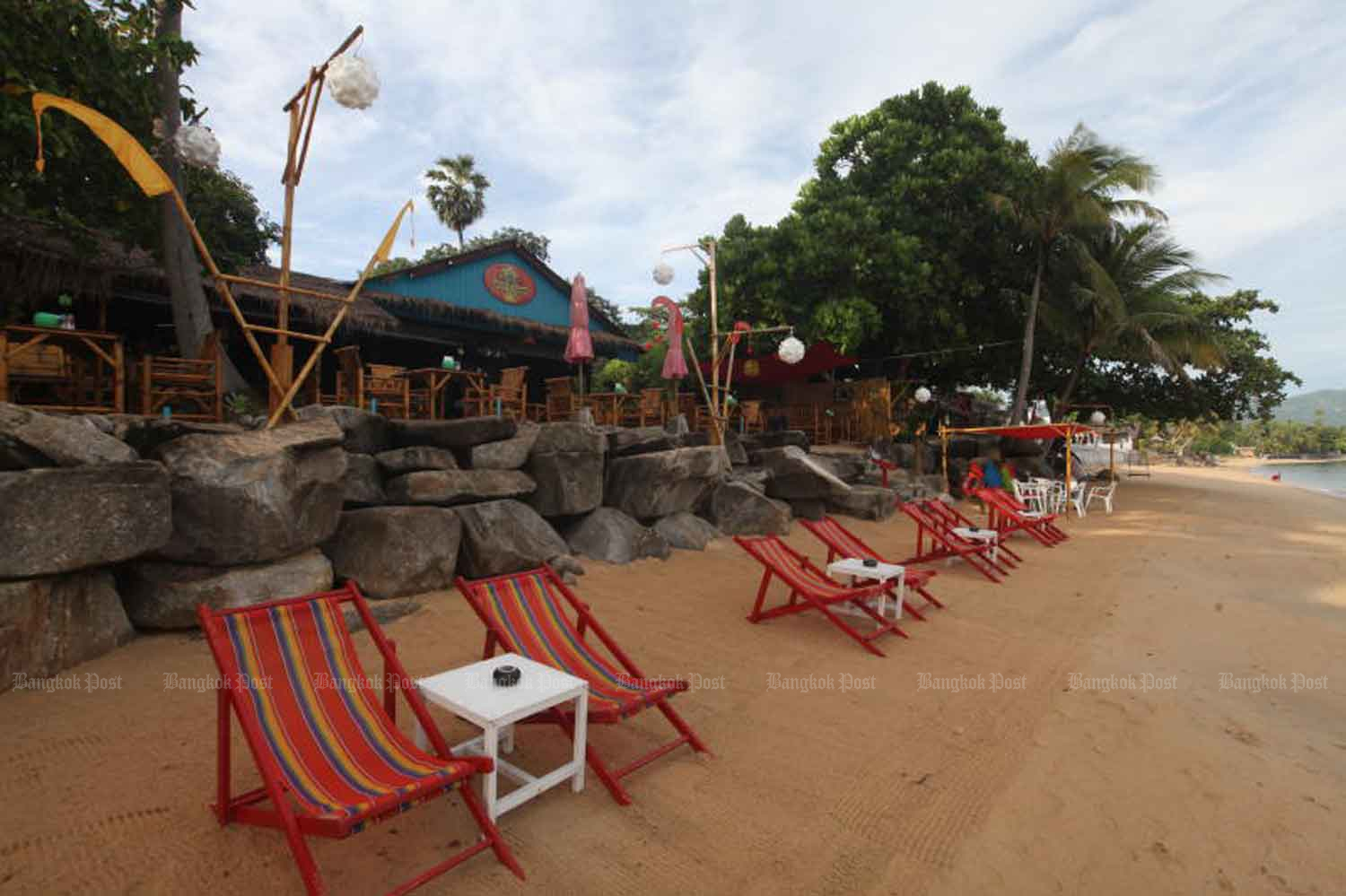Deck chairs are seen empty on Mae Nam beach on Koh Samui. The popular resort island has seen its tourism revenue plunge since the onset of Covid-19. The government plans to allow foreign visitors to come to Thailand under a special tourist visa scheme. (Photo by Arnun Chonmahatrakool)