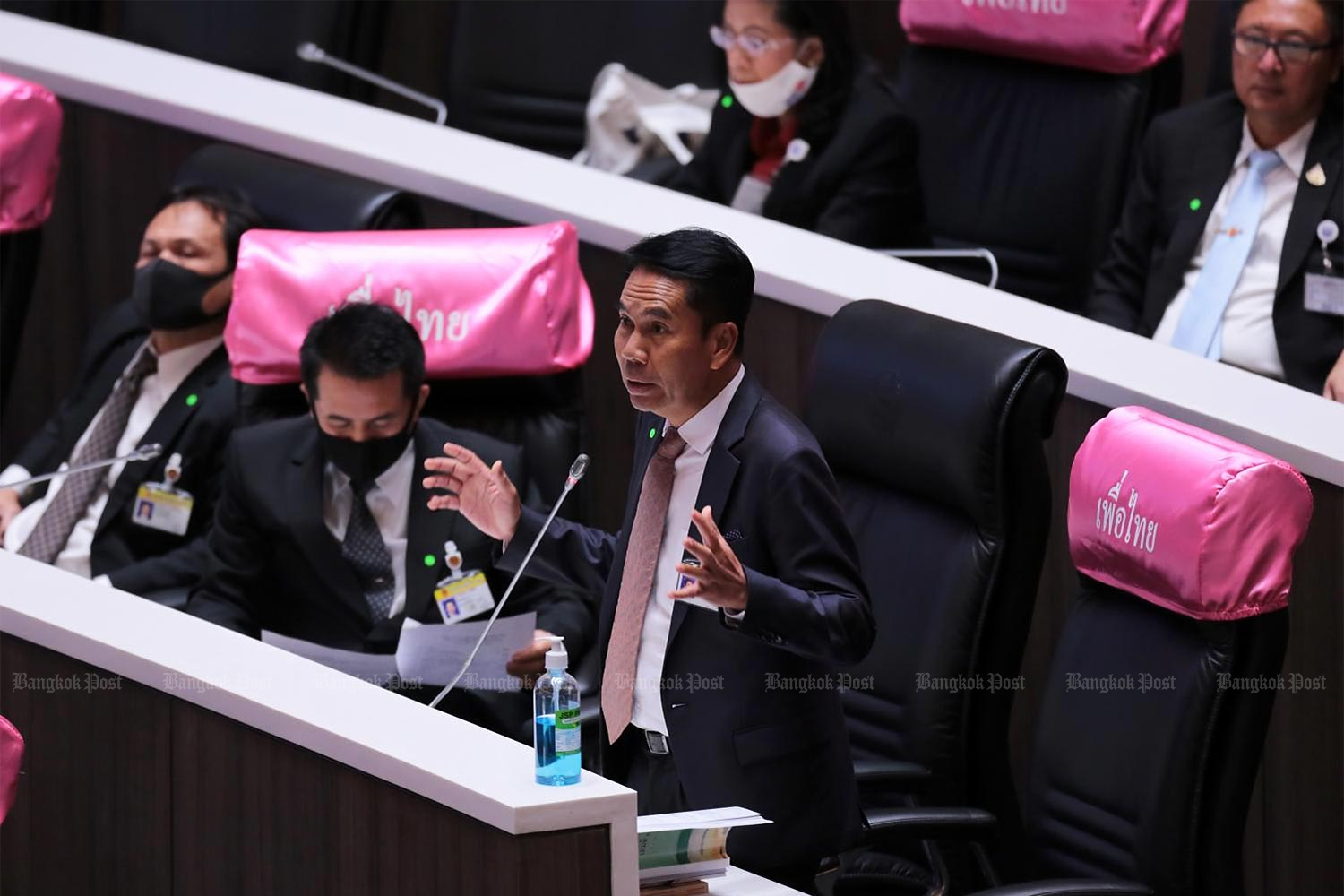 Chief opposition whip Sutin Klungsang makes a point during a debate on the national budget for the next fiscal year in parliament on Wednesday.(Photo by Chanat Katanyu)