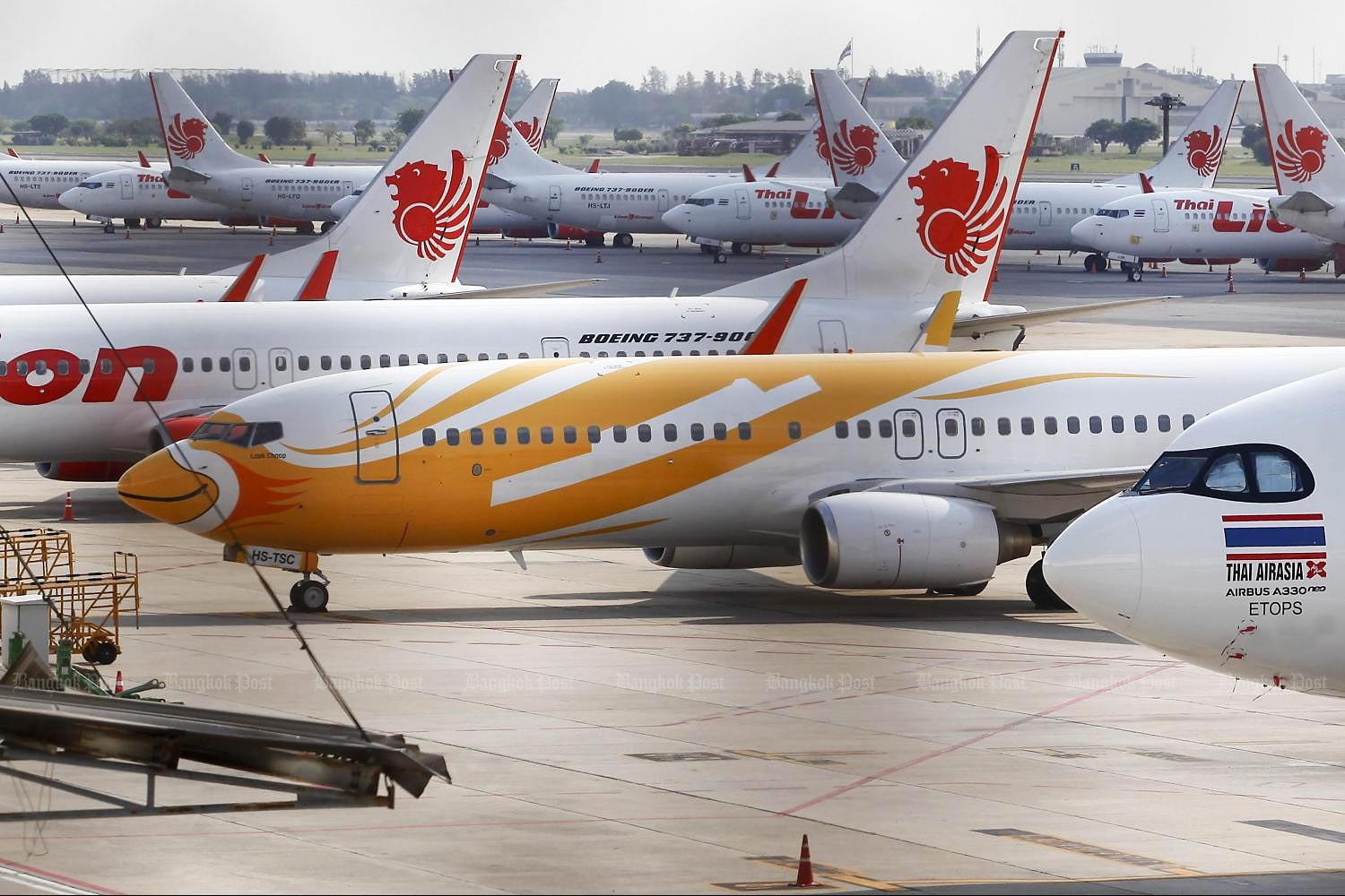 Aircraft of AirAsia, Nok Air and Thai Lion Air at Don Mueang airport. The airlines are still awaiting soft loans. (Photo by Pattarapong Chatpattarasill)