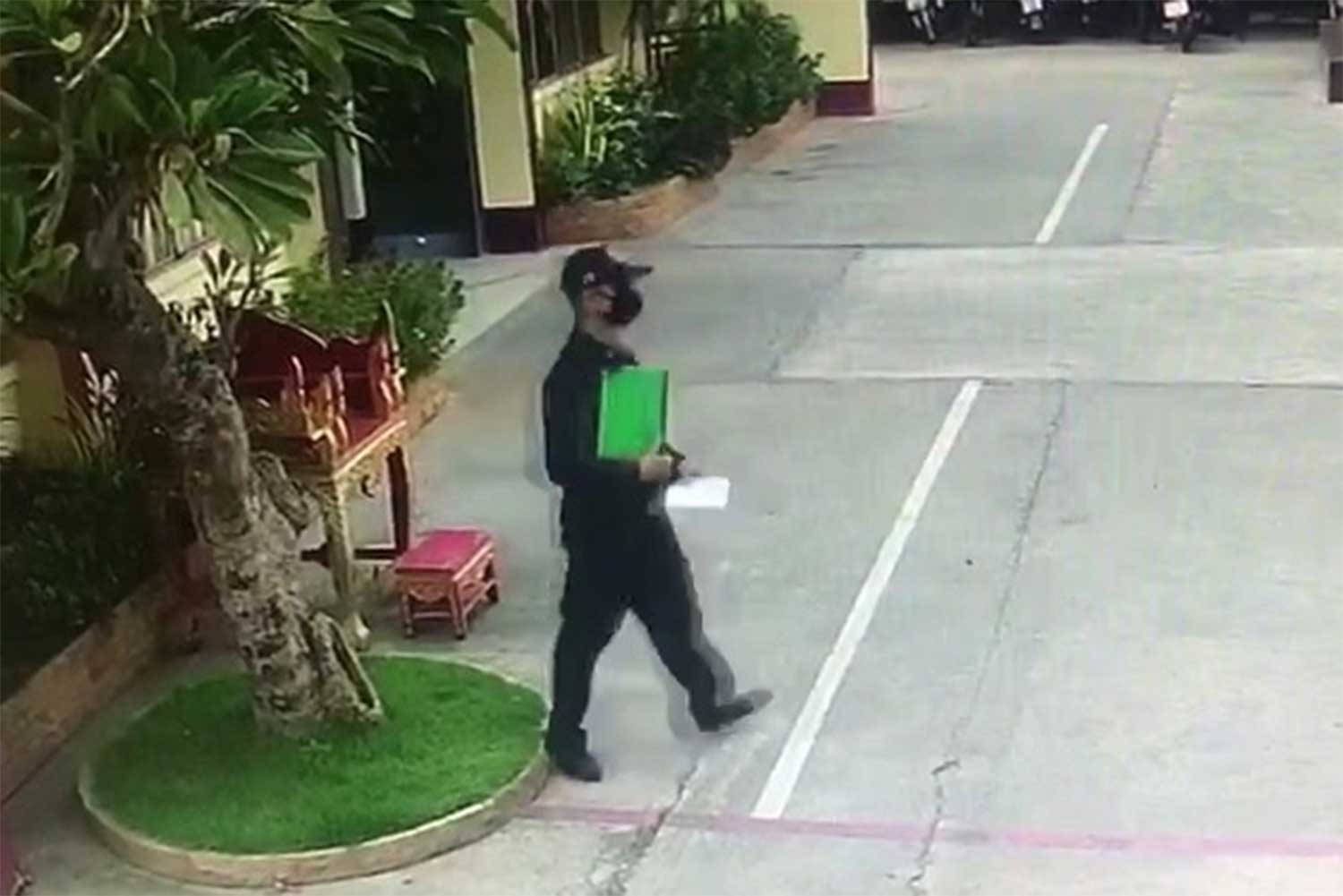 Inmate Wutthichai Detchasithanawat, 35, wearing a stolen warder's uniform, walks casually out of Phetchabun prison on Thursday morning. (Capture from CCTV)