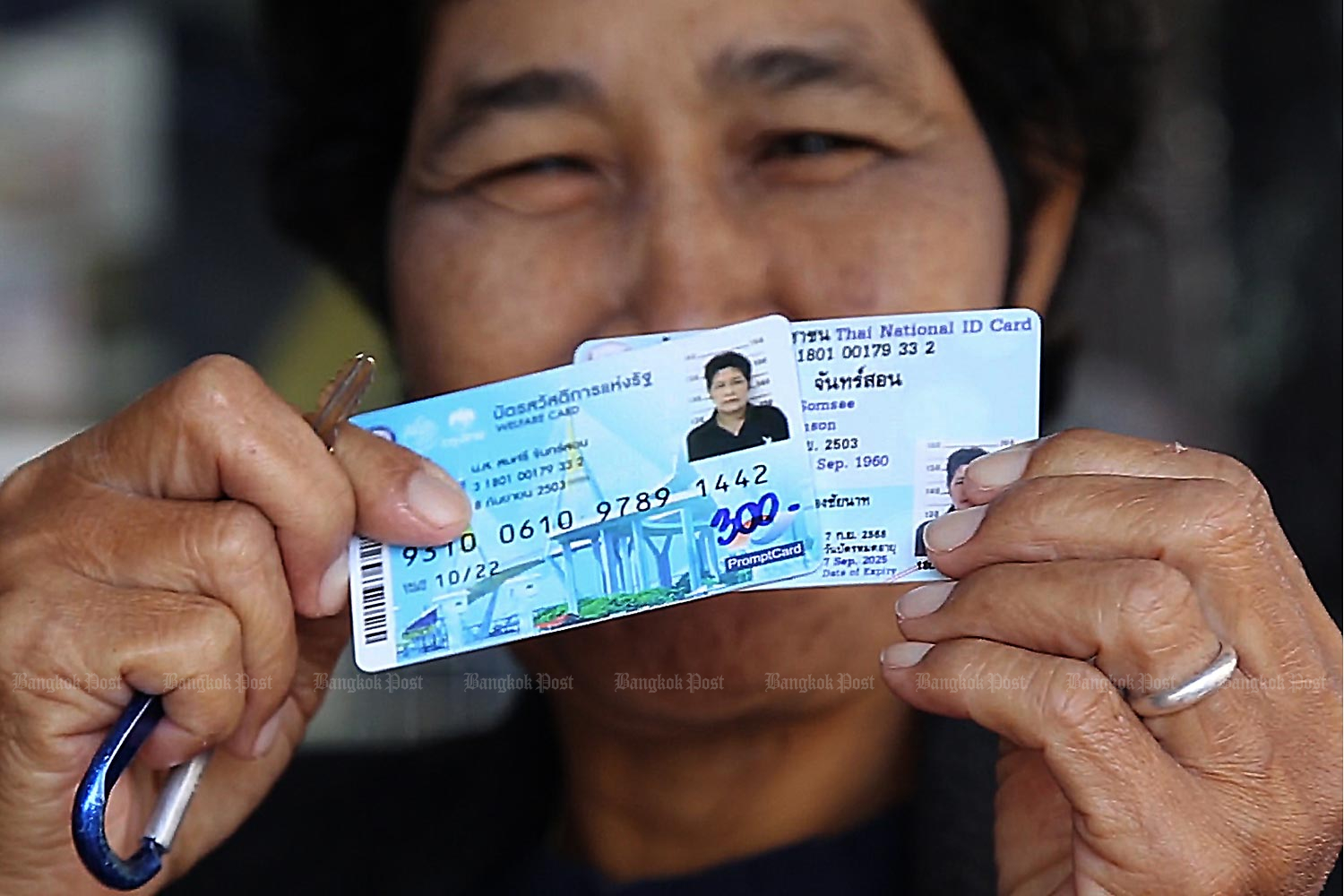 State welfare card holders do not have to re-register for the new cash handout. (Photo by Chudet Sihawong)