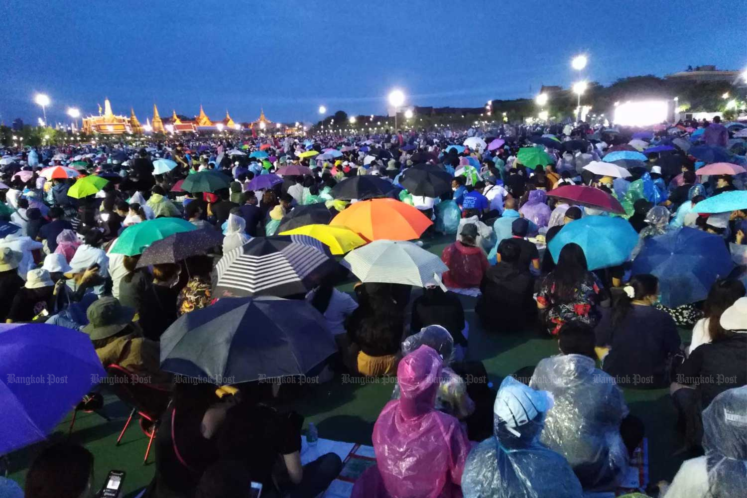 Demonstrators settle in on Saturday evening at Sanam Luang, where they were camping out ahead of a march planned for Sunday. (Photo by Apichit Jinakul)